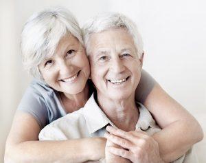 Älterer Mann und Frau Lächeln und Umarmen